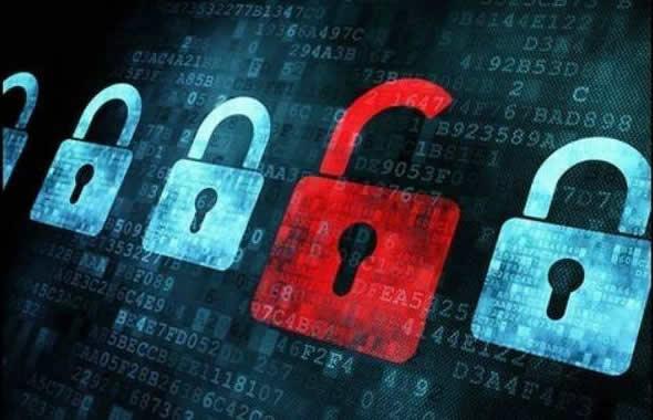 Cadeado aberto ao lado de outros fechados, com códigos de informática ao fundo